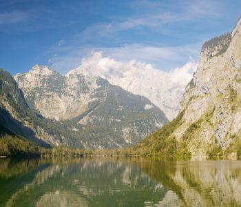 Hohe Kontraste im Panorama des Obersees (Koenigssee, Berchdesgaden) mit Blick in Richtung Nord-Westen.
