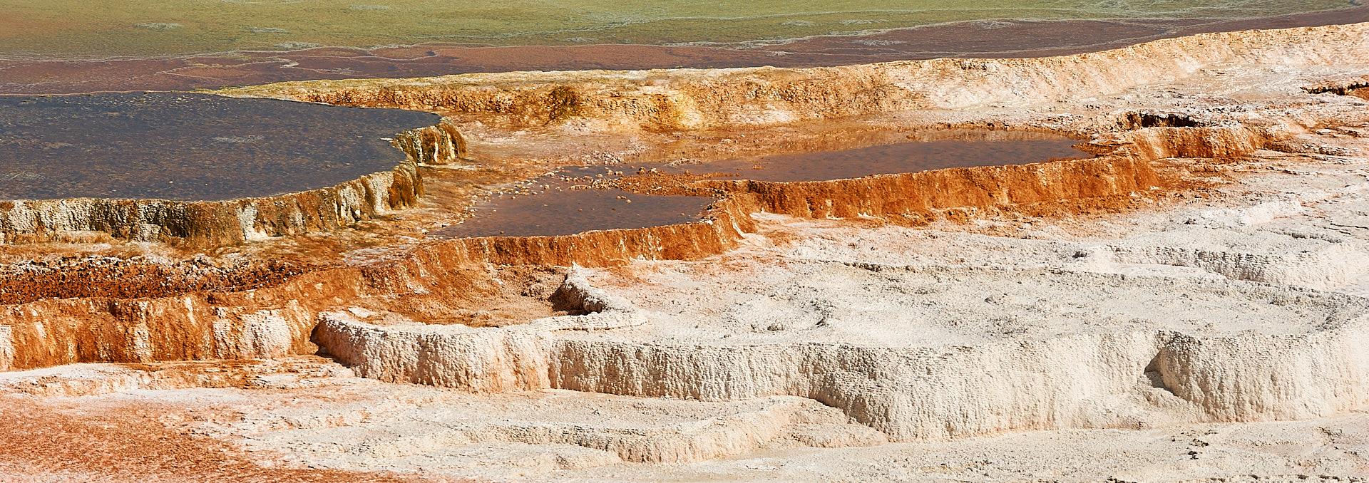 Dieses Naturbild zeigt ein typisches Detail der Quellen auf dem Plateau des Mammoth Hot Springs im Yellowstone Nationalpark.Kamera: NIKON D3X Brennweite: 200mm 1/400 s bei Blende f/11.0