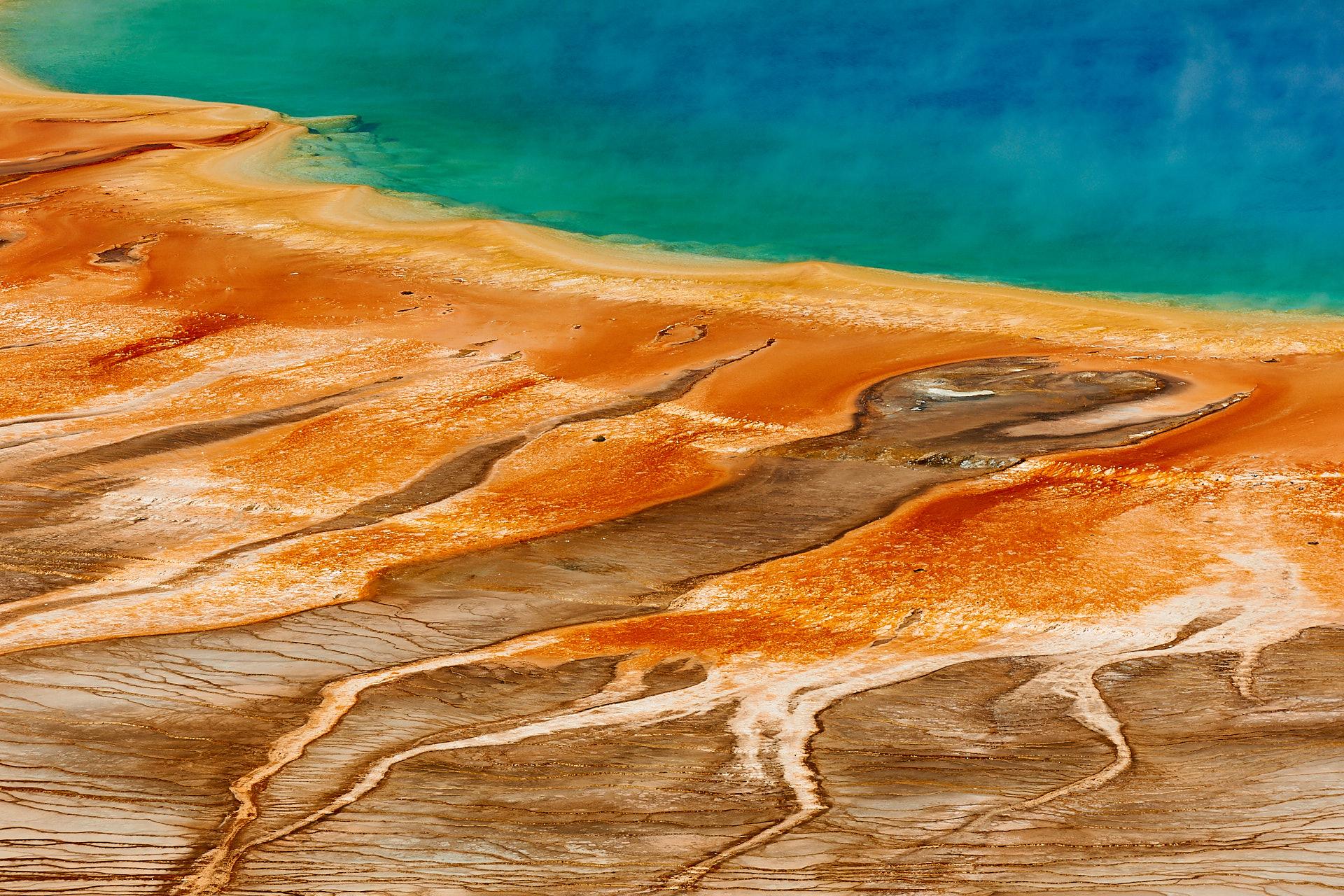 Dieses Naturfoto zeigt das unvergessliche Frabenspiel der Grand Prismatic Spring im Yellowstone Nationalpark aus der Luft.Kamera: NIKON D3X Brennweite: 200mm 1/250 s bei Blende f/9.0