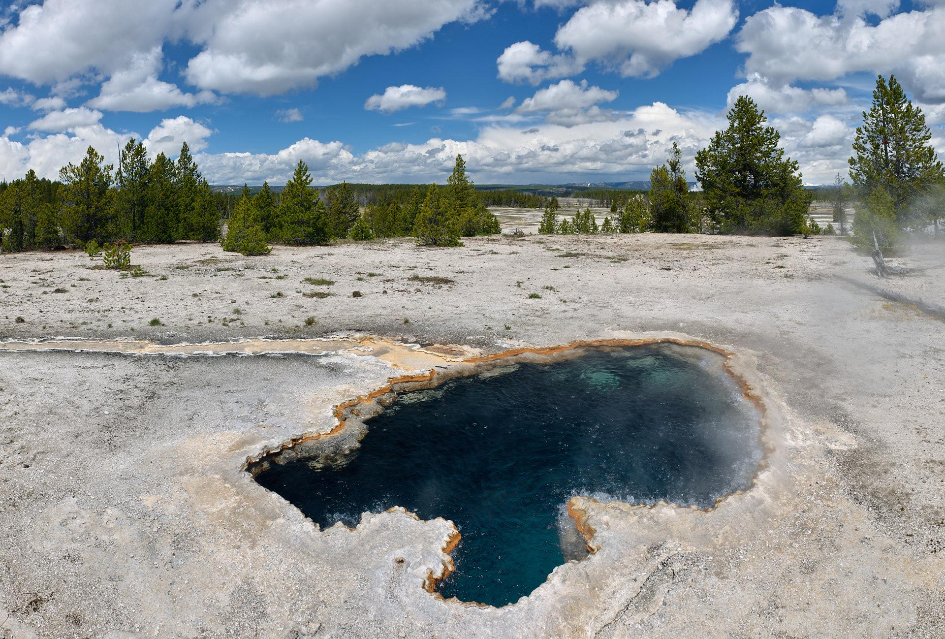 Der Surprise Pool auf diesem Naturbild aus dem Yellowstone Nationalpark besticht durch sein tiefes Blau und sein immer währendes Sieden.Kamera: NIKON D3X Brennweite: 24mm 1/200 s bei Blende f/9.0