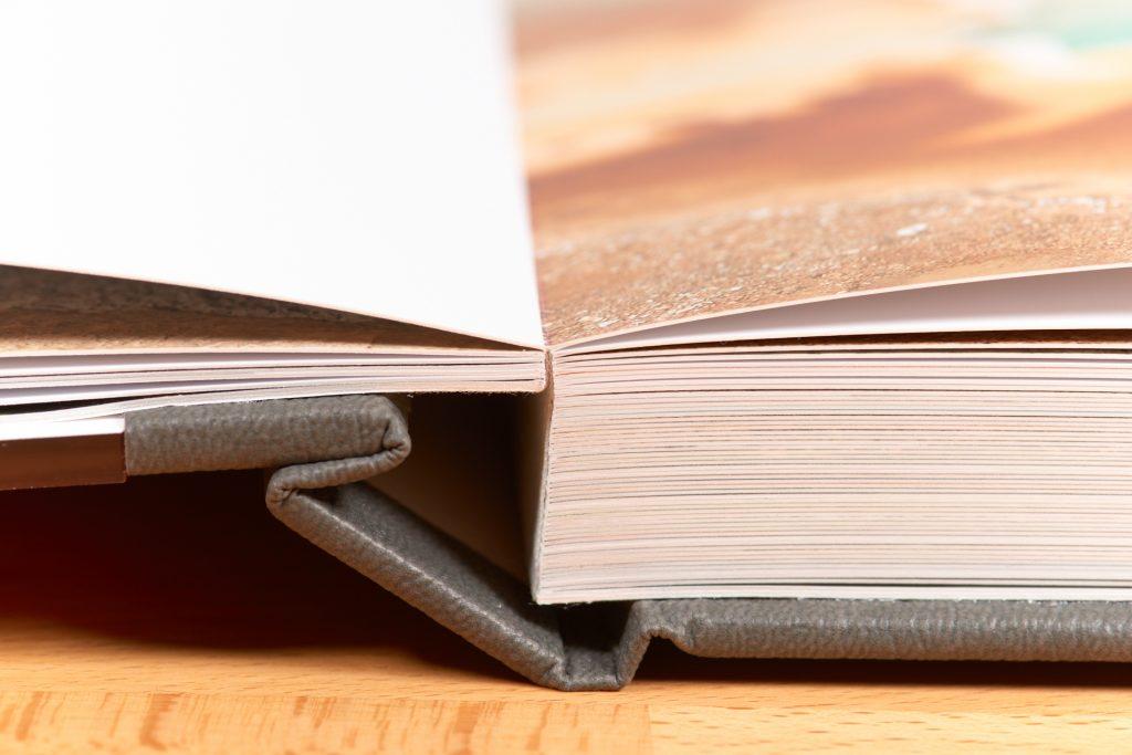 Bindung des Professional Line Fotobuchs von Saal Digital